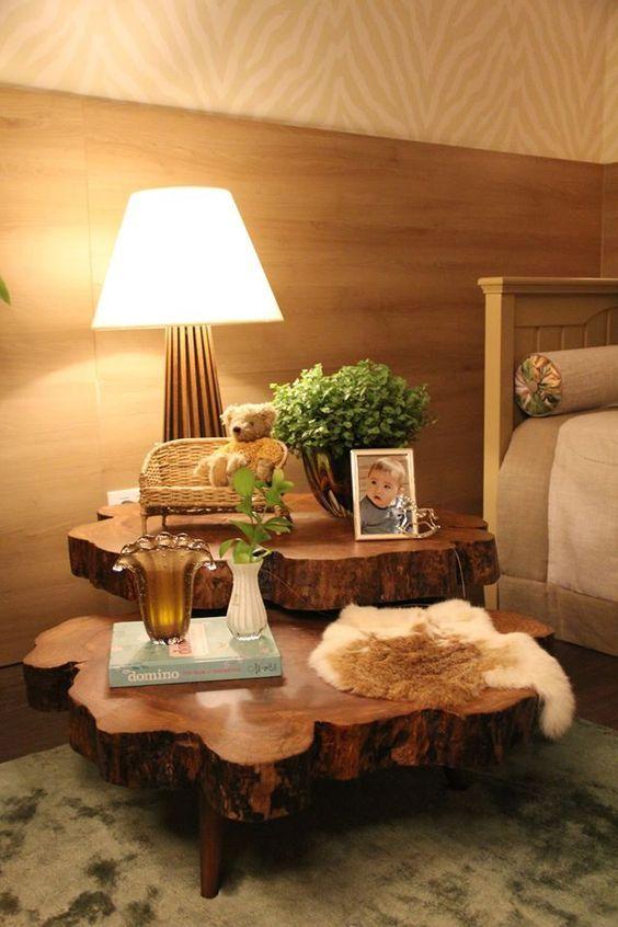 Mesa lateral feita de tronco de árvore com tratamento adequado para móveis rústicos.