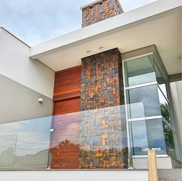 Fachada de casa com pedra ferro.