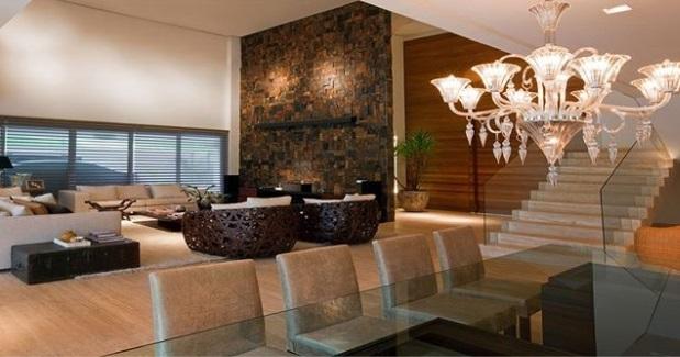 Sala com parede de pedra.