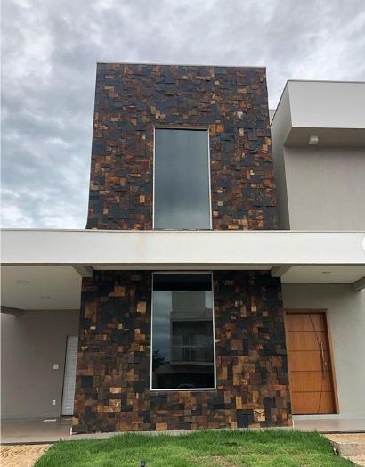 Fachada de casa moderna, feita com pedra.