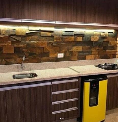 Cozinha com detalhe de pedra ferro.
