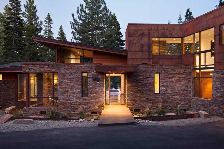Fachada de casa feita de pedra ferro.