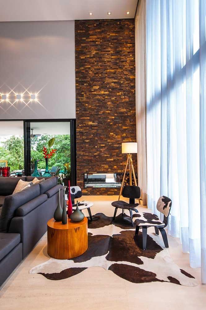 Sala com detalhe de pedra ferro na parede.