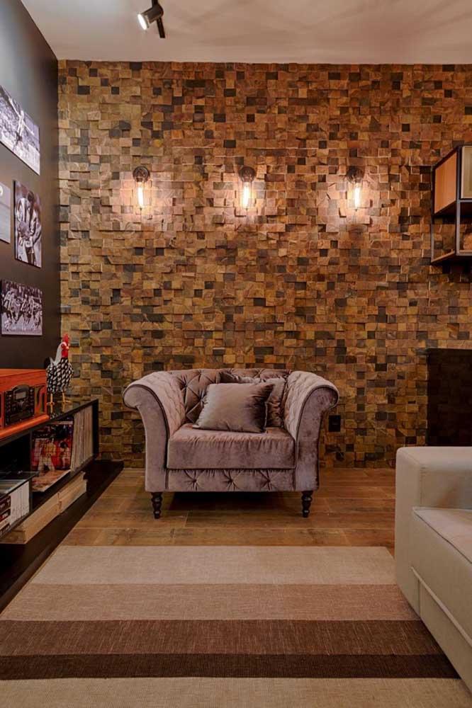 Sala com parede inteira de pedra ferro.