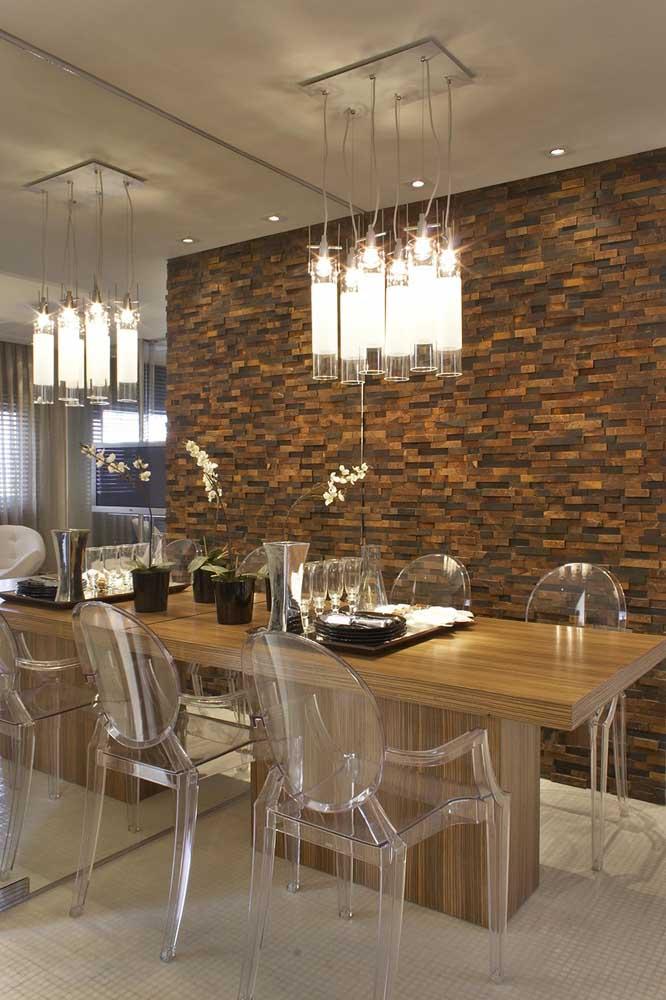 Parede de sala jantar revestida com pedra ferro.