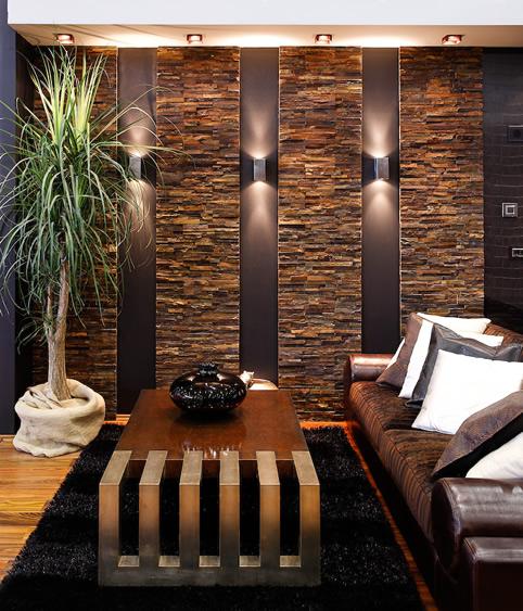 Sala com detalhes na parede de pedra.