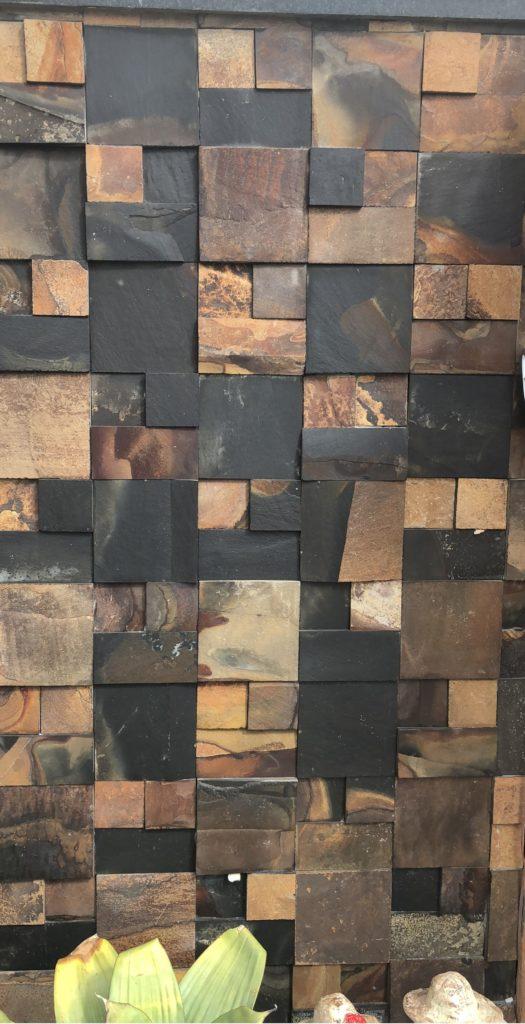 Cubos de pedra ferro, com tamanhos e texturas diferentes.
