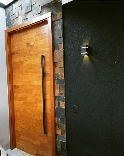 Porta de entrada com pedra ferro.