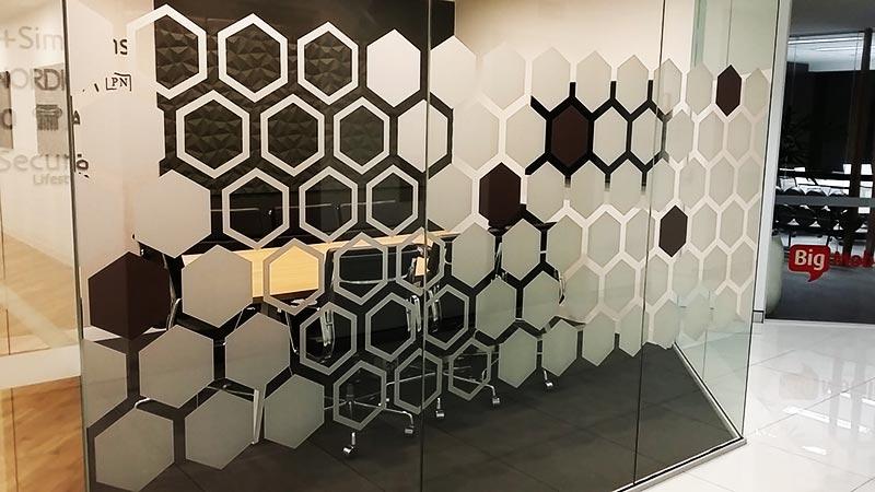 Divisória feita com vidro jateado.