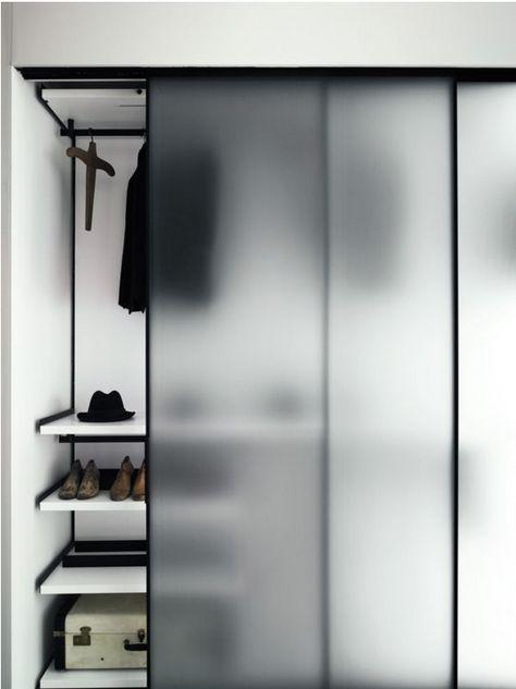 Armário com portas de vidro.