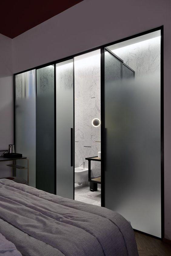 Divisória para banheiro feita d vidro jateado.