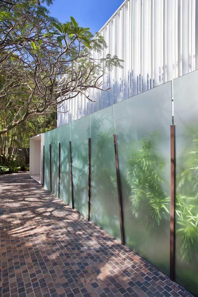 Fachada de prédio feita com vidro jateado.