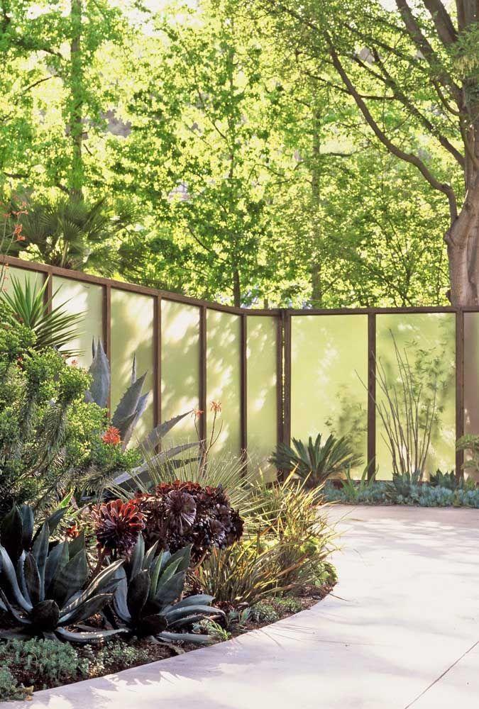 Fachada de vidro jateado em jardim.