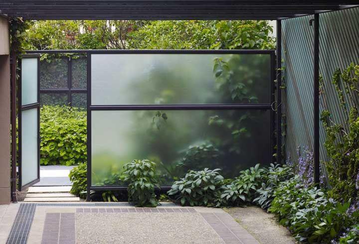 Fachada de vidro com ferro preto.