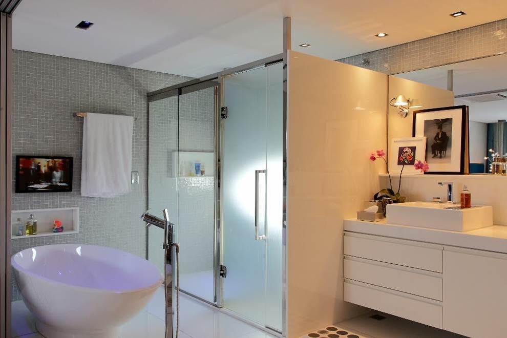 Box de chuveiro com vidro jateado.