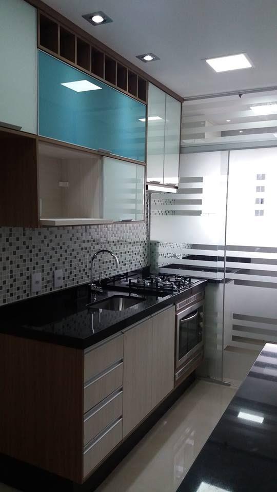 Cozinha com vidro jateado.