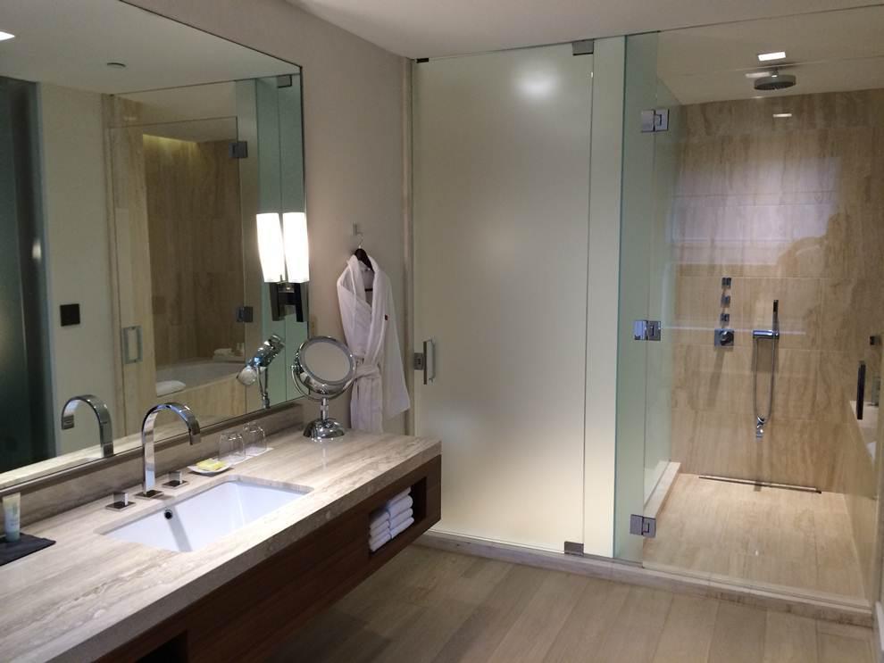 Banheiro com vidro jateado.