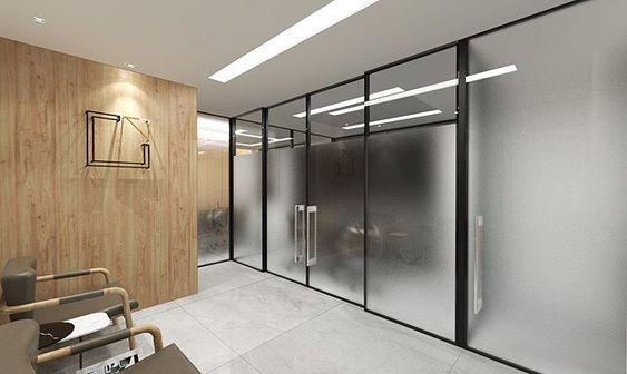 Divisória de escritório de vidro jateado.