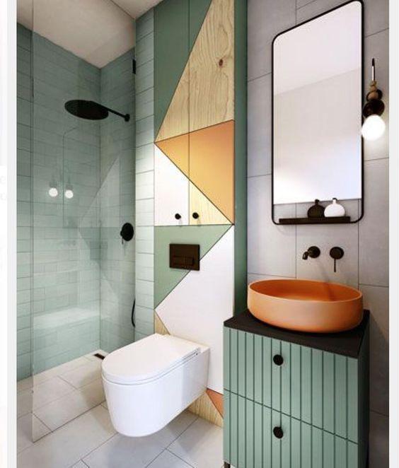 Banheiro com detalhes em verde e laranja.