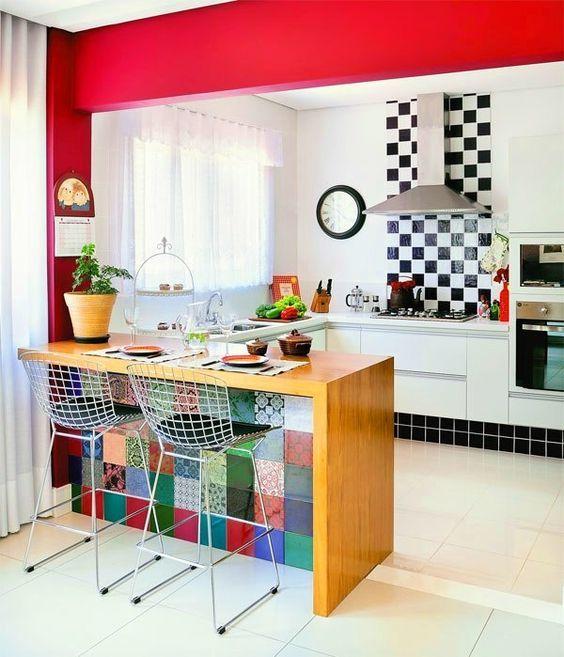 cozinha americana com sala de jantar colorida