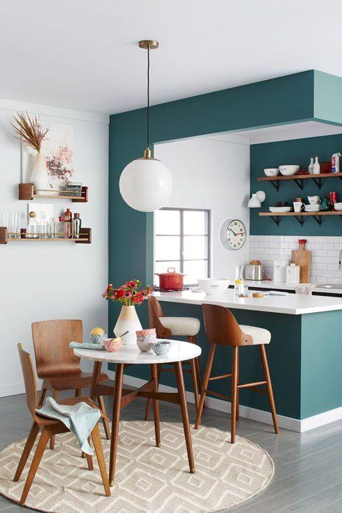 cozinha americana com sala de jantar verde e branca