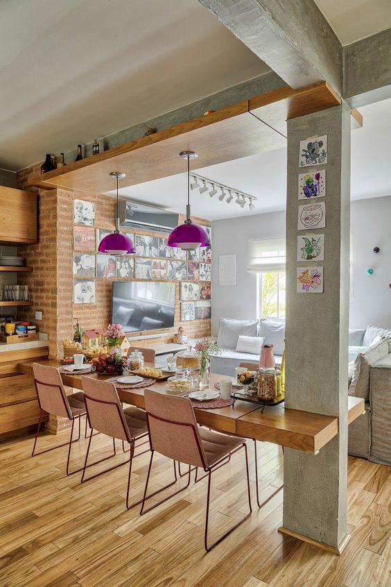 cozinha americana integrada com a sala e mesa de madeira