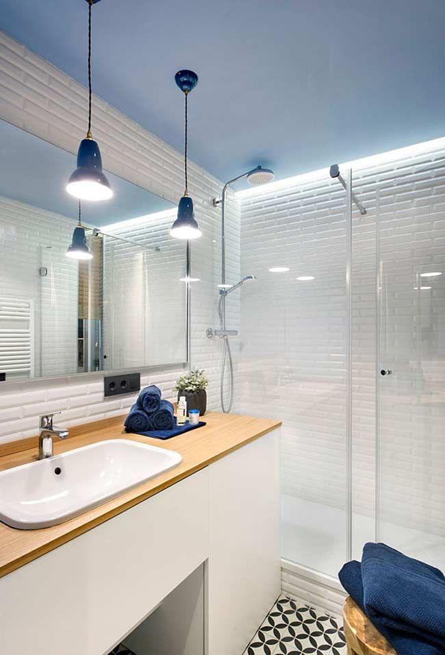 Banheiro branco com teto azul claro