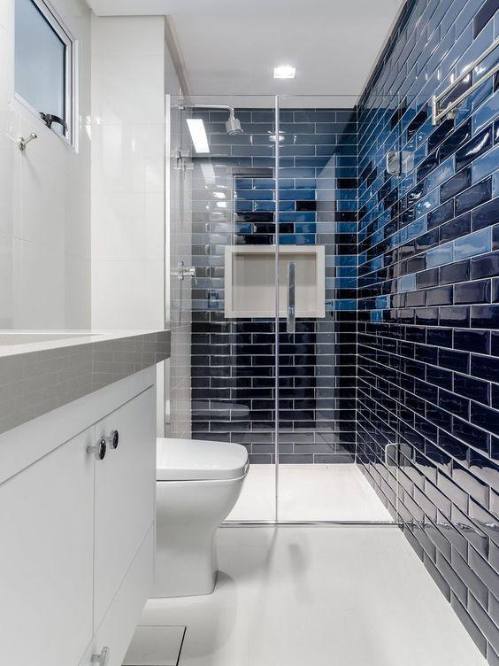 banheiro branco com tijolinhos azuis nas paredes