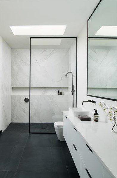banheiro masculino branco com mármore.