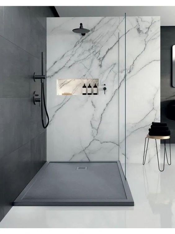 Banheiro com divisão de mármore