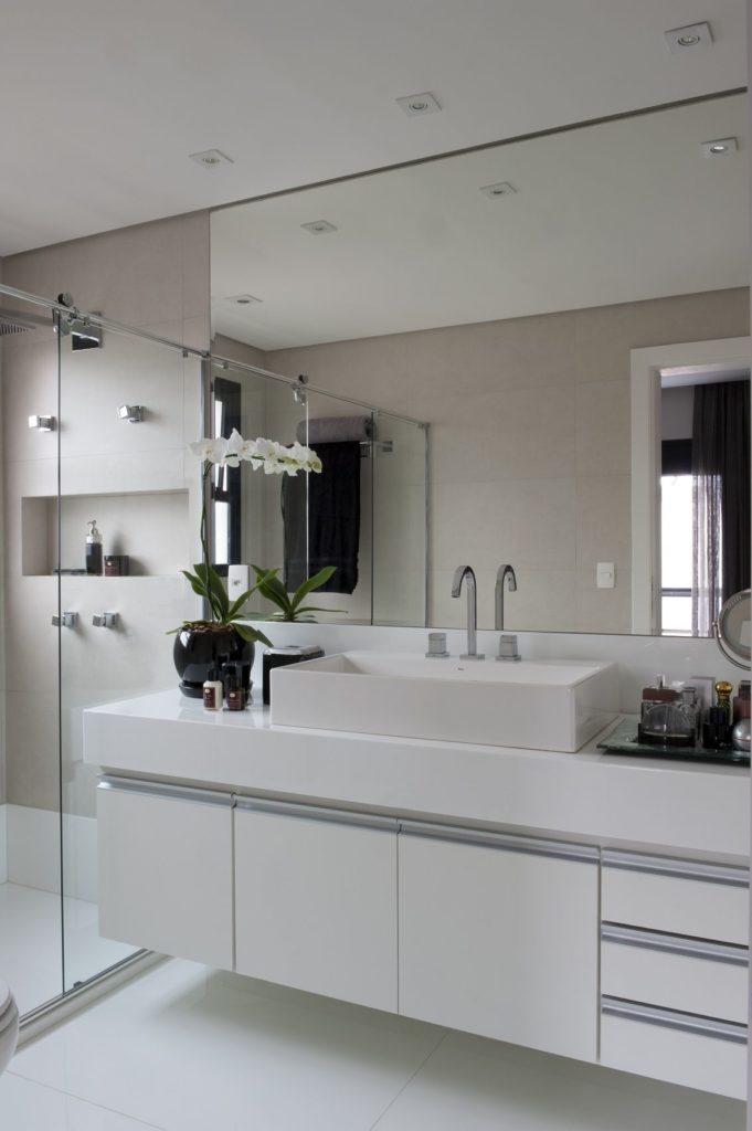 Banheiro claro com grande espelho