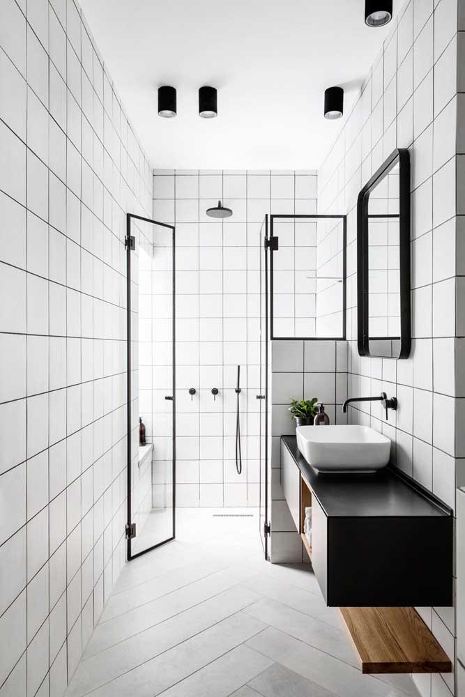 banheiro branco com detalhes em preto