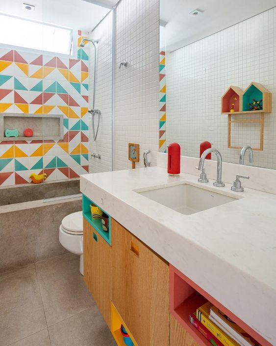 Banheiro colorido de criança com nichos tradicionais e embutido.