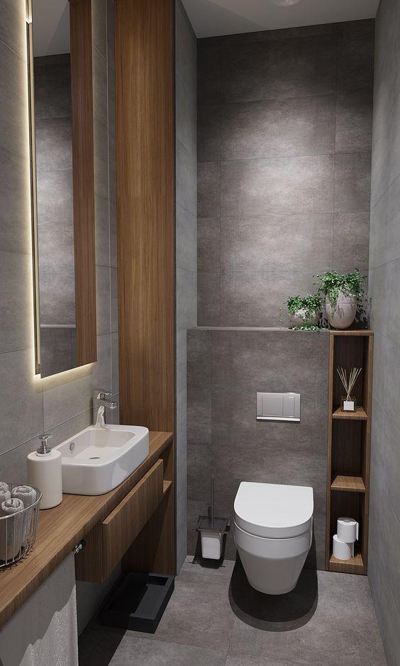 Banheiro com nichos verticais ao lado do vaso sanitário.