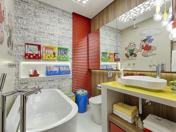 Banheiro infantil da Turma da Mônica com nicho embutido para brinquedos.