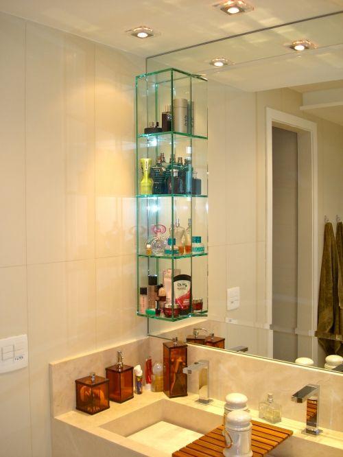 Banheiro com nicho de vidro na pia.