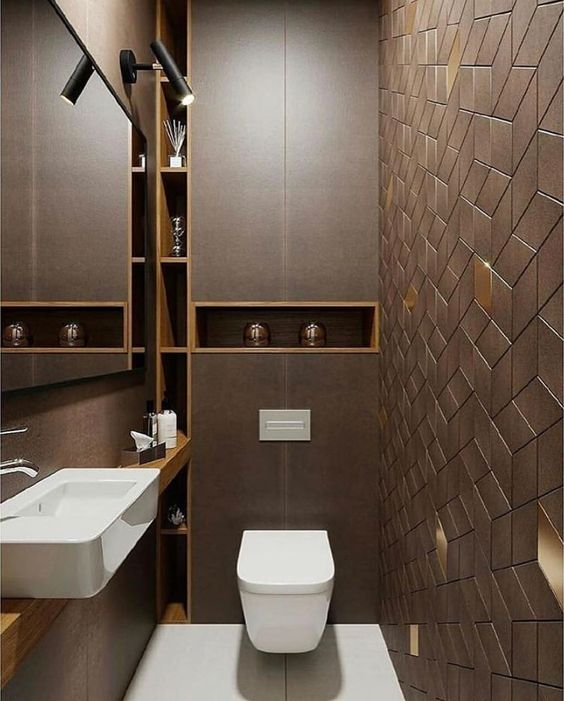 Banheiro com nicho de madeira embutidos no canto esquerdo da parede em linha vertical e outro horizontal.