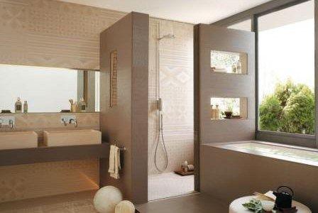 Banheiro com nicho embutido e vazado em paredes divisórias do box.
