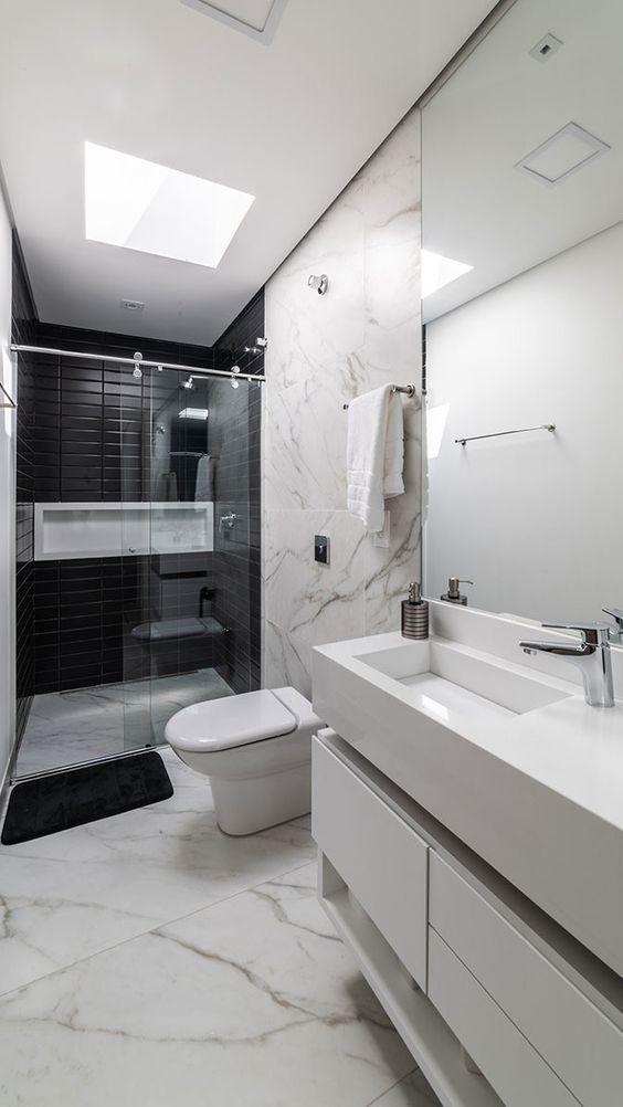Banheiro com nicho branco que vai de um lado ao outro da parede.