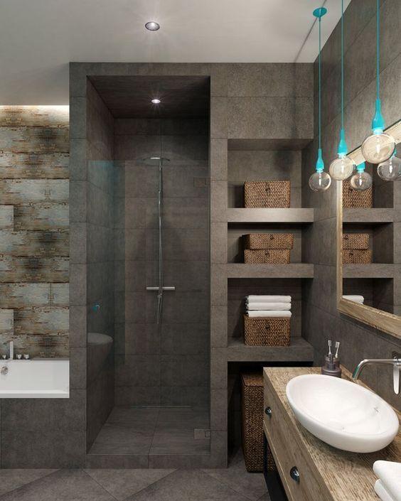 Banheiro com nicho organizador com cestos ao lado do chuveiro.