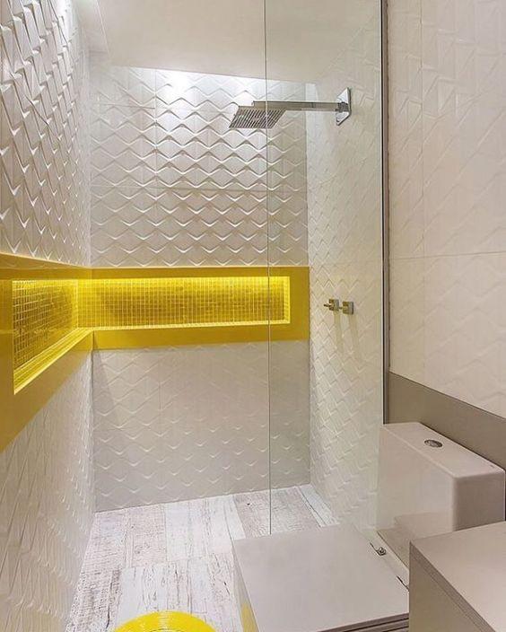 Banheiro branco com nicho embutido amarelo.