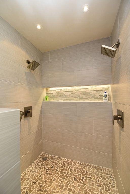 Box de banheiro com nicho iluminado embutido.