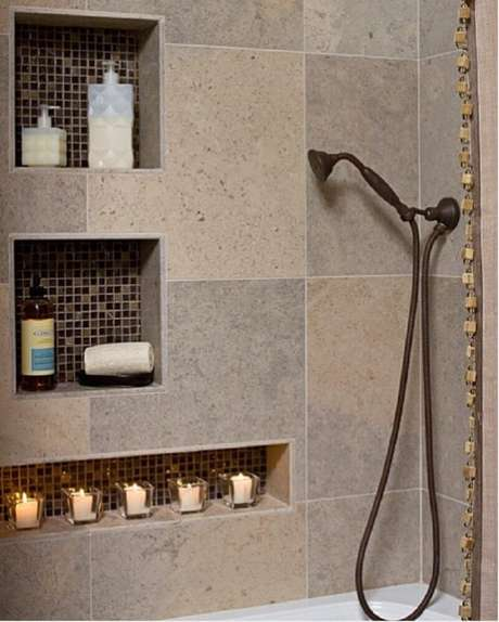 Banheiro com nicho quadrado e retangular.