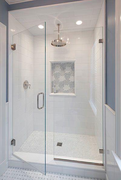 Box de banheiro com nicho que parede quadro.