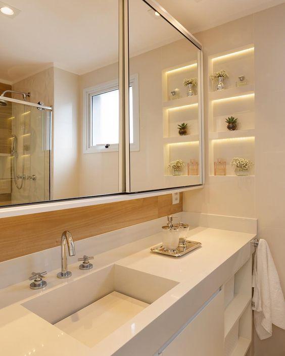 Banheiro com nicho embutido ao lado do espelho.