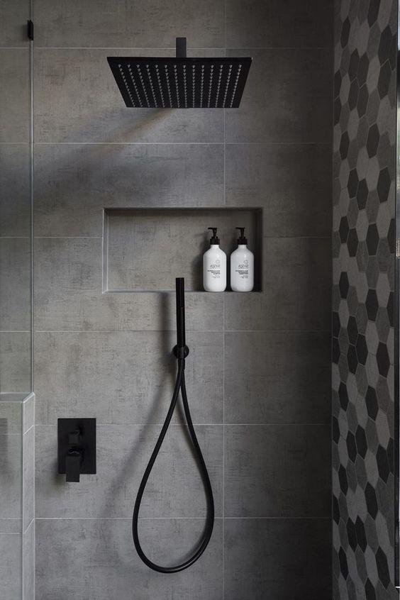 Box de banheiro com nicho com dois produtos de higiene.