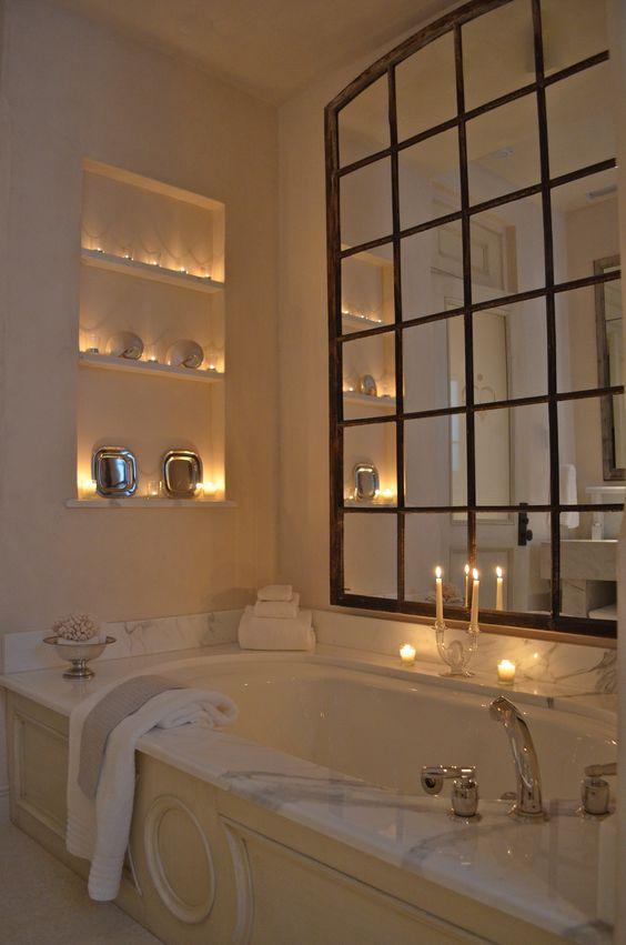 Banheiro com nicho decorativo ao lado da banheira.