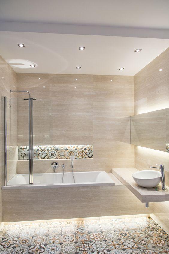Banheiro com nicho ao lado do chuveiro e da banheira.