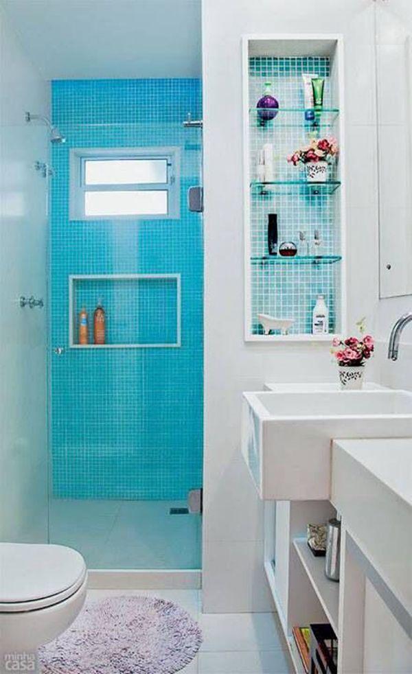 Banheiro com nicho revestido de pastilha azul.