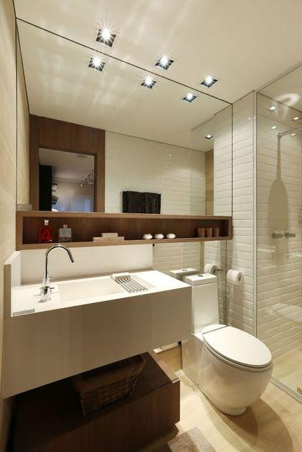 Banheiro com nicho de madeira combinando com o armário da pia.